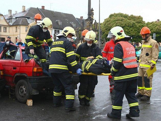 Krajská soutěž Hasičského záchranného sboru Libereckého kraje ve vyprošťování zraněných osob z havarovaných vozidel se uskutečnila na náměstí Míru v Jablonném v Podještědí.