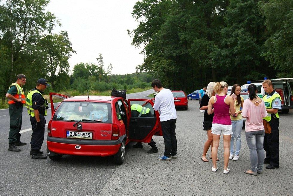 Na drogy a alkohol u návštěvníků festivalu Mácháč 2013 se zaměřila kontrola na odstavném parkovišti za Jestřebím.