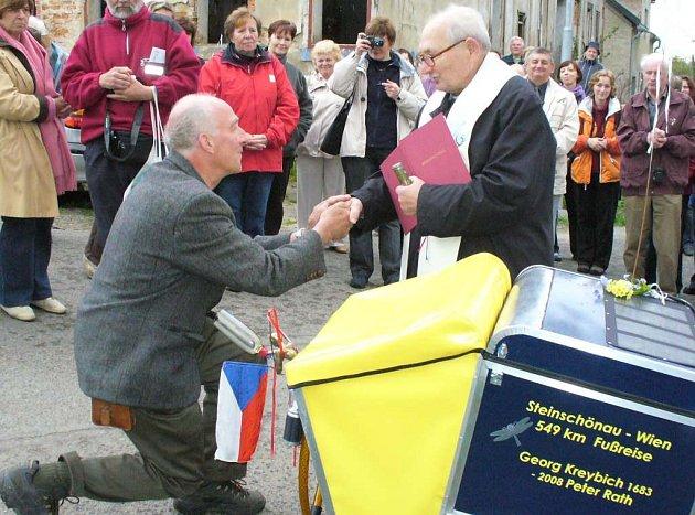 Skláři Peteru Rathovi požehnal jeho cestu farář.