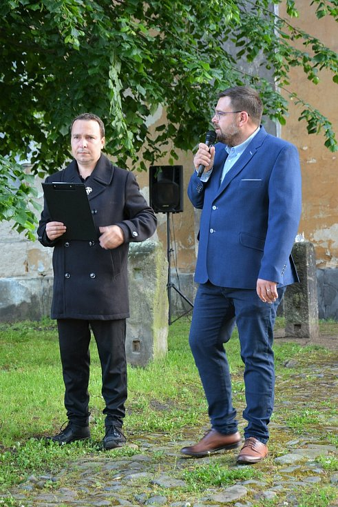 """Zázrak. Skláři Jiřího Pačinka proměnili pustnoucí kostel v """"křišťálový chrám"""". V pátek 12. 6. večer nad tím žasly stovky lidí."""