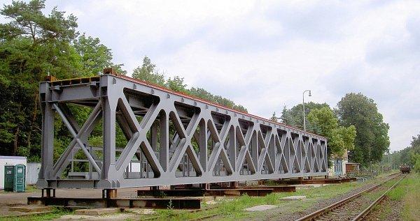 Od konce května je na železniční trati 087vúseku mezi Českou Lípou a Blíževedly výluka, která potrvá až do poloviny srpna. Důvodem je výměna železničního mostu vZahrádkách.