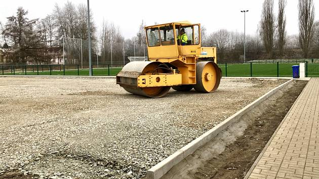 U fotbalového stadionu v České Lípě roste nové basketbalové hřiště.