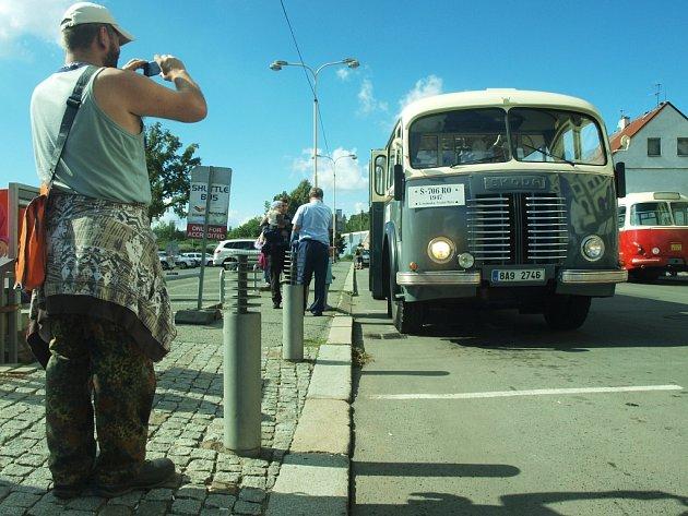 Jízdou v historických autobusech si lidé v České Lípě v sobotu mimo jiné připomněli, jak se jezdilo cestujícím v minulém století.