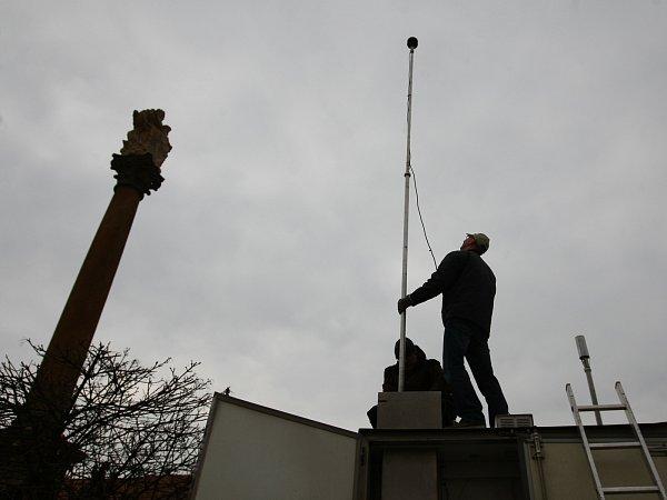 Odběrovou sondou, která je na střeše speciálního vozu, nasají meteorologové vzduch do měřících přístrojů na třech místech vČeské Lípě. Získají tak detailní informace okvalitě ovzduší.