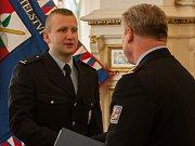 Ředitel krajského ředitelství policie Libereckého kraje Vladislav Husák předává ocenění Tomáši Horáčkovi.