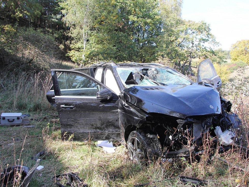 Cizinec v kradeném autě skončil v pondělí v rukou policistů poté, co se s luxusním terénním Mercedesem spadl ze sedmimetrového srázu u Lvové.