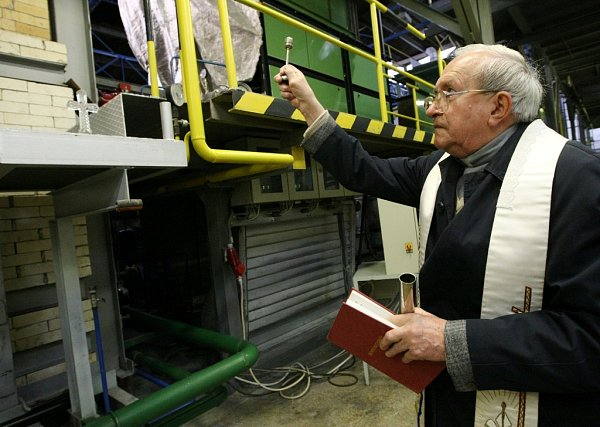 ŘÍJEN 2012.Kněz posvětil novou sklářskou vanu.