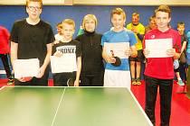 Nejlepší hráči turnaje (zleva): David Čech, Petr Mazal, Mgr. Vostárková, Adam Dlouhý, Matěj Kořínek.