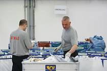 Vězni ve věznici Stráž pod Ralskem třídí zásilky české pošty.