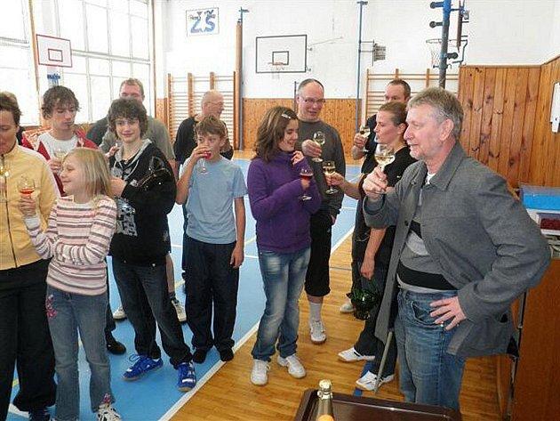 Tradičně na druhý Svátek vánoční uspořádalo vedení školy na Ladech ve spolupráci s SRPD turnaj rodičů s dětmi v minivolejbalu dvojic.