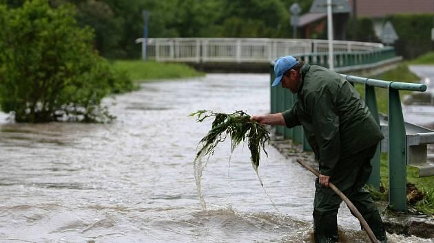 V řeku se v neděli proměnil Libchavský potok v Horní Libchavě. Voda tu opustila koryto a na několika místech zaplavila silnici. Nejhorší situace byla u křižovatky na Slunečnou.
