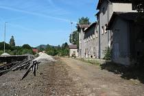 Už jen otisky pražců vytlačené ve štěrku připomínají, kudy v minulosti vedla stará trať mezi Českou Lípou a Zákupami.