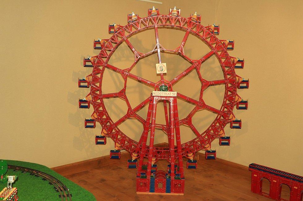 Výstava Fenomén Merkur bude v dokském zámku otevřená až do konce srpna.