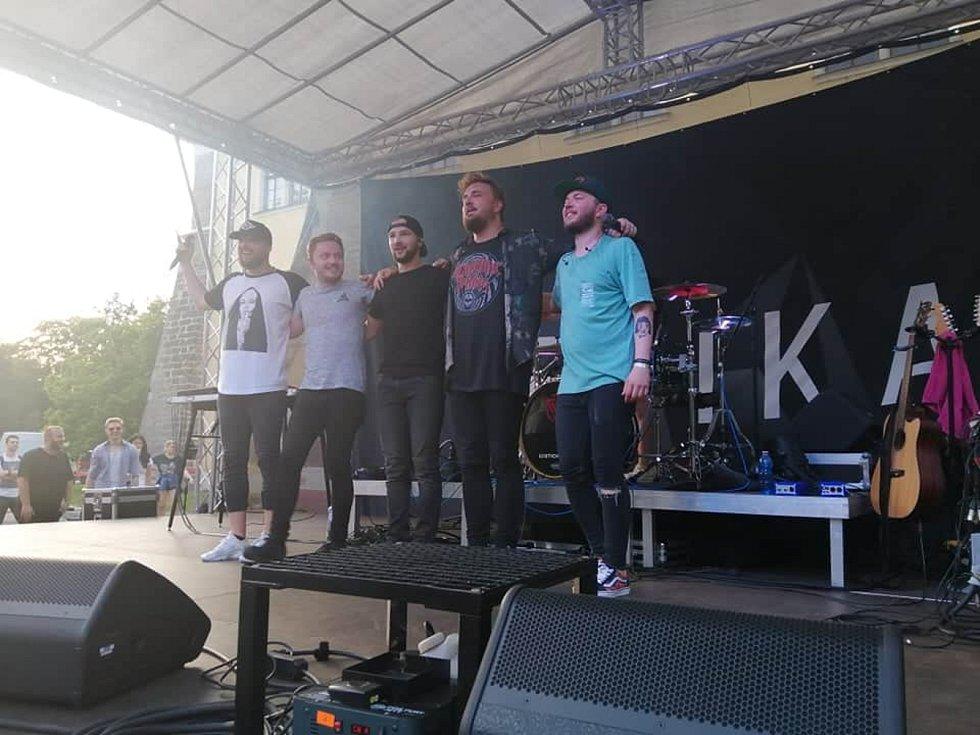 Festival podpořil útulek. Na akci vystoupila kapela Poetika.