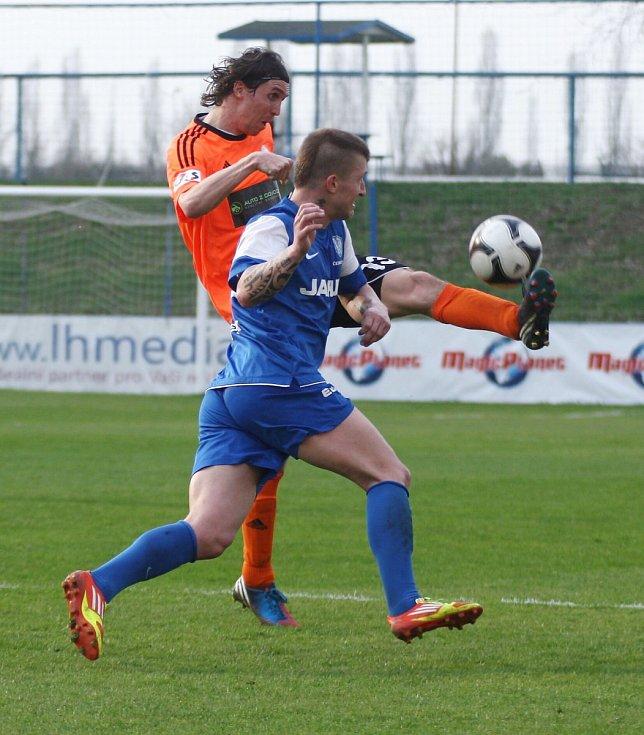 Hamouz odvrací míč před českolipským Gibalou (v modrém).