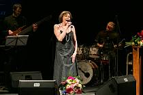 Dlouho vyprodaný byl čtvrteční Poslední recitál legendární zpěvačky Marty Kubišové, která v doprovodu klavíristy Petra Maláska zazpívala v rámci Mezinárodního hudebního festivalu Lípa Musica v Městském divadle v Novém Boru.