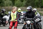 Začátečníci i motorkáři, kteří v jedné stopě jezdí roky, se na autodromu v Sosnové zúčastnili dalších kurzů Učme se přežít.