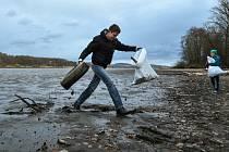 Dvě desítky lidí včetně dětí se v sobotu zapojily do úklidu okolí Novozámeckého rybníka.