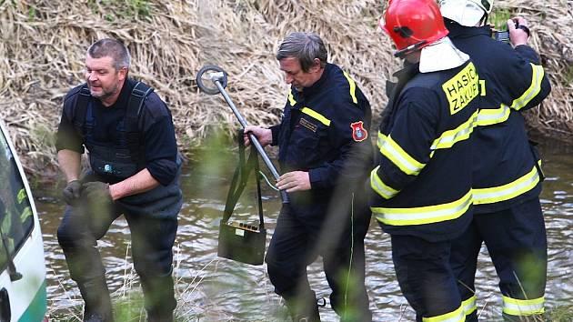 Pyrotechnik prohledával dno řeky Svitávky v Zákupech.