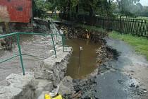 Velká voda v roce 2010 ve Cvikově protrhla zeď koryta potoka.