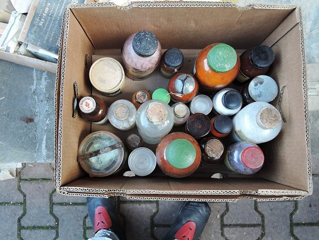 Hasiči vynesli z domu v pěti přepravkách 15 kilogramů nebezpečných látek.