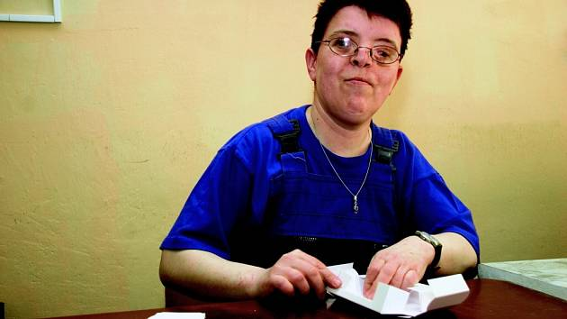 Soňa Cvejhová našla práci v chráněné dílně, která funguje při farní charitě v České Lípě.