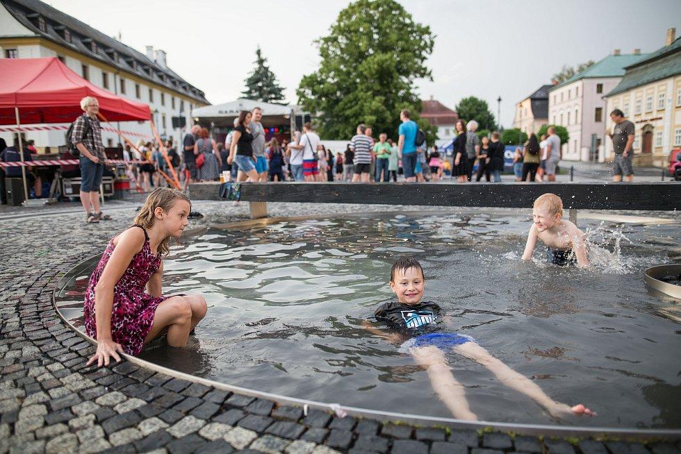 Páteční hudební večer na náměstí Míru zahájil Sklářské slavnosti v Novém Boru.