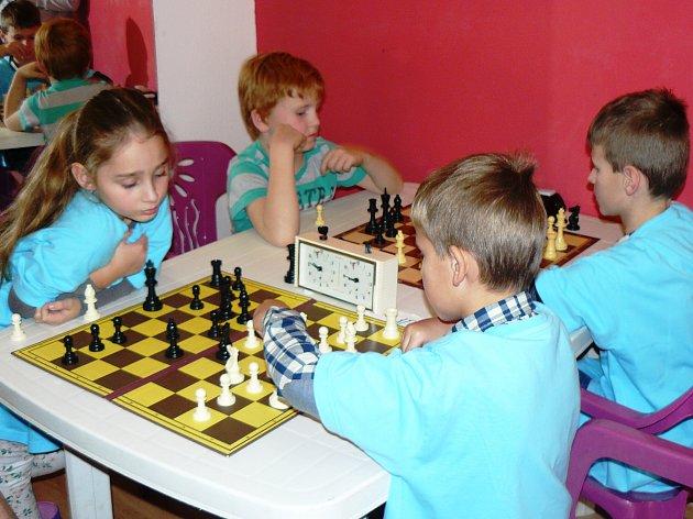 Začátečníci za šachovnicemi si turnaj vDDM Libertin užívali.
