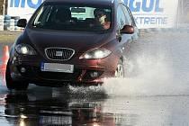 Na kurzech se motoristé učí jezdit, brzdit a vyrovnávat smyk na mokrém povrchu na rovině i v zatáčce.