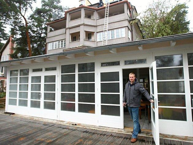 Rodinný klenot na břehu jezera provozuje rodina Miloše Formana dodnes. Na snímku je Adam Procházka, pravnuk zakladatelů penzionu a vnuk nejstaršího bratra Miloše Formana.