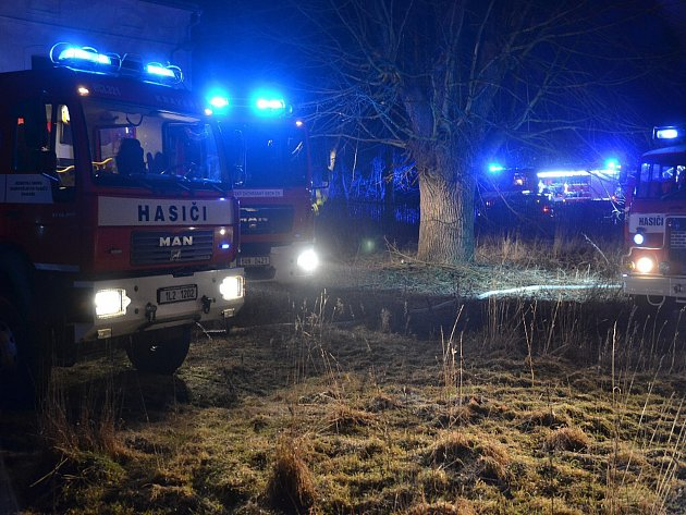 Pět hasičských jednotek se vúterý večer sjelo kpožáru stodoly ve Stvolínkách.