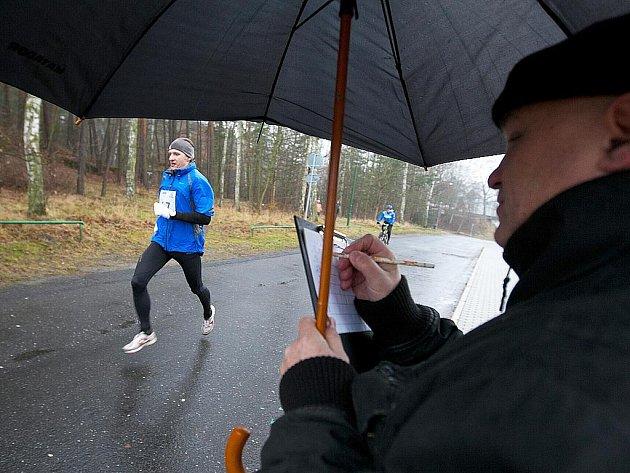 Letošního Novoročního běhu okolo Máchova jezera se zúčastnilo bezmála na sedm desítek závodníků.