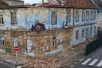 Část horní římsy v úterý odpadla na Kounicově domu a srazila stříšku nad erbem, který lehce poškodila. Naštěstí se nikomu nic nestalo, přestože část zdiva odlétla až na silnici.
