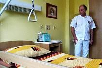 Vybavený a pohodlný  je nový hospicový pokoj v českolipské nemocnici s poliklinikou. Na snímku primář LDN Nikolaj Štaňko.