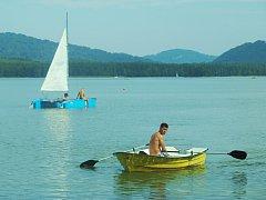 Horký víkend si užívali lidé také na Máchově jezeře.