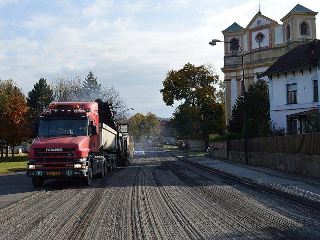 V říjnu započalo v Dubé frézování původní vozovky I/9 protínající město.