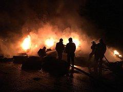 Noční požár pneumatik u letiště v Hradčanech.