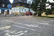 Tři parkovací místa pro invalidy u novoborské radnice připomínají spíše pět míst pro motorky