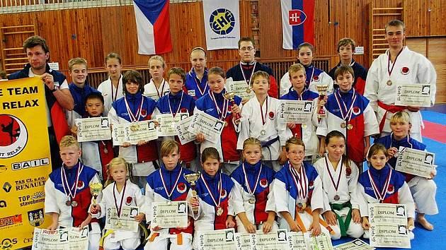 ¨Českolipský klub karate Sport Relax má v posledních týdnech hodně soutěží. Snímek je z tradičního Memoriálu M. Šianského v Lounech, kde svěřenci Pavla Znamenáčka a Milana Veselého získali přes dvě desítky kovů.