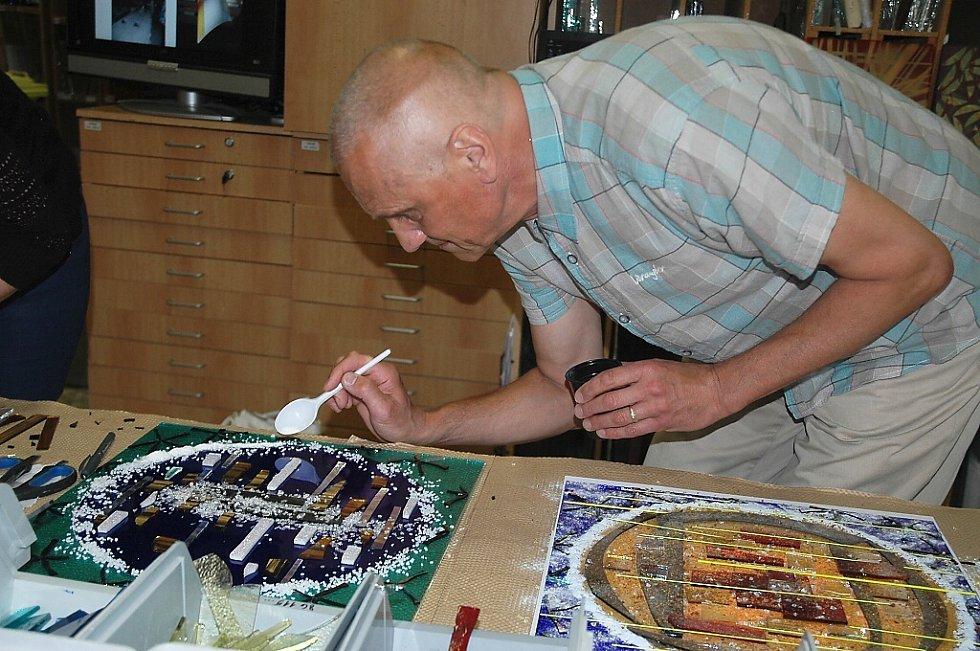 V prostorách sklářského studia TGK ve Skalici u České Lípy probíhal od pátku workshop s architektem, hercem a básníkem Davidem Vávrou.