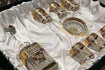 UNIKÁTNÍ KOLEKCI s karafou, několika whisky sklenicemi a doutníkovým popelníkem vyrobilo novoborské sklářské studio AZ Design skláře a designéra Aleše Zvěřiny jako dar pro uzbeckého velvyslance v Německu.