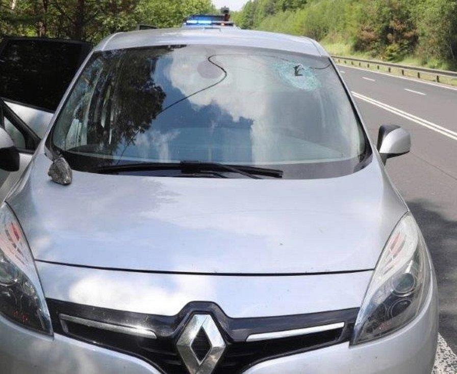 Z kamionu u Nového Boru odletěl kámen, zasáhl protijedoucí auto a zranil řidiče