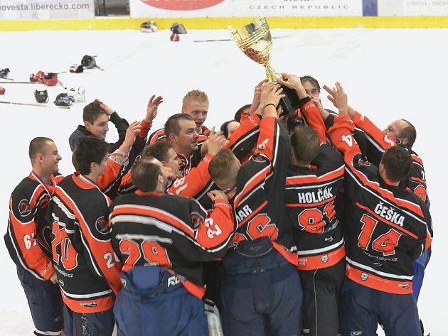 Českolipští hokejisté ovládli finále a po vítězství mohli zvednout nad hlavy trofej pro krajského přeborníka.