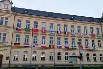 Vlajky dvaadvaceti zemí už vlají z oken základní školy na náměstí Míru v Novém Boru.
