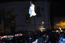 Za zvuků koled se v pátek v Novém Boru slavnostně rozzářila vánoční výzdoba v centru města. Událost i bohatý program, jehož základem je tradiční slétávání andělů z věže kostela, si nenechaly ujít stovky lidí.