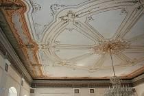 Význačný malíř Josef Navrátil svými malbami vyzdobil Navrátilův sál v Novém Boru.