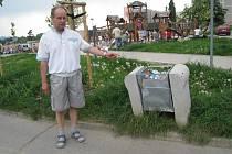 Jen málokdy jsou odpadkové koše v okolí hřiště vyprázdněné. Ostatně odpadky se tu povalují všude, včetně hřiště.