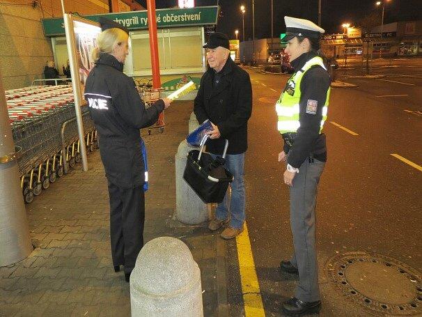 Preventivní akci, která má napomoci k větší viditelnosti chodců v silničním provozu, pořádali ve středu brzy ráno policisté v České Lípě.