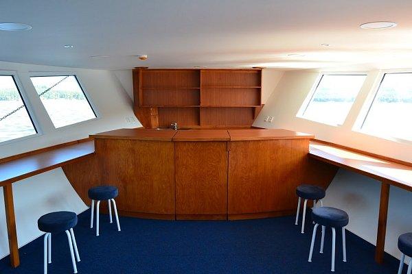 Bílomodrá loď postavená vroce 1959speciálně pro Máchovo jezero je na první pohled mnohem hezčí, jinak se toho ale na ní moc nezměnilo. Ideou celé rekonstrukce bylo vrátit Máji původní podobu zkonce padesátých let.