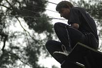 Na tradiční víceboj šestičlenných družstev se k Máchovu jezeru sjede na sedm stovek sportovců z celé republiky. Jednou z disciplín je i jungle creek - lezení ve stromech.